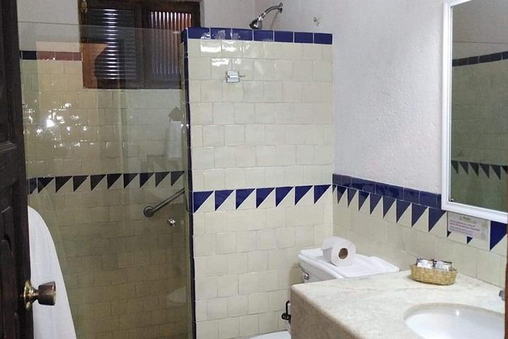 Hosteria san Felipe habitacion sencilla baño