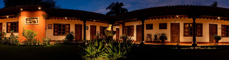 Hosteria San Felipe fachada de noche